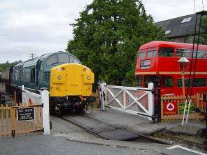 RM1872 at Staverton with D6737